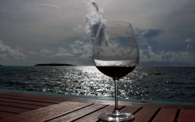 Бокал вина на закате в Словении