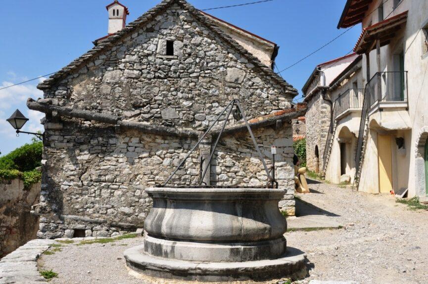 Одна из площадей со средневековым колодцем в Штаньеле и классический средневековый дом на Красе (Kraška hiša)