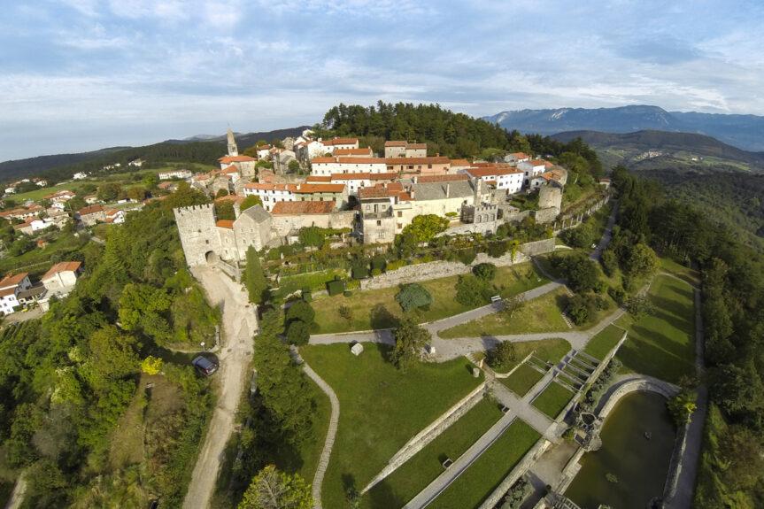 Деревня-крепость Штаньел в Словении