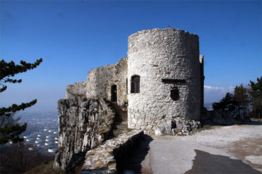 Средневековый замок Соцерб