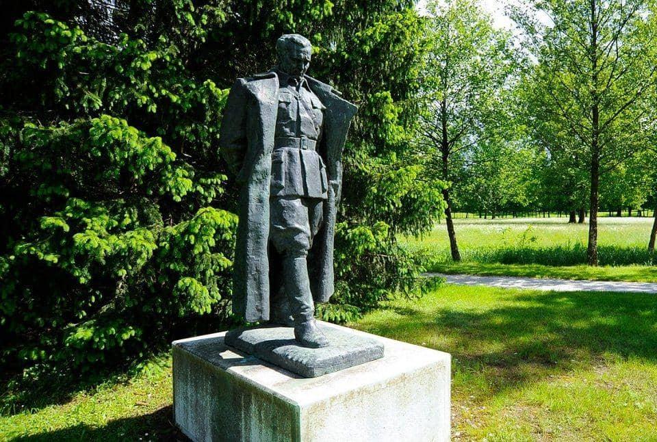 Памятник И.Б.Тито в замке Брдо