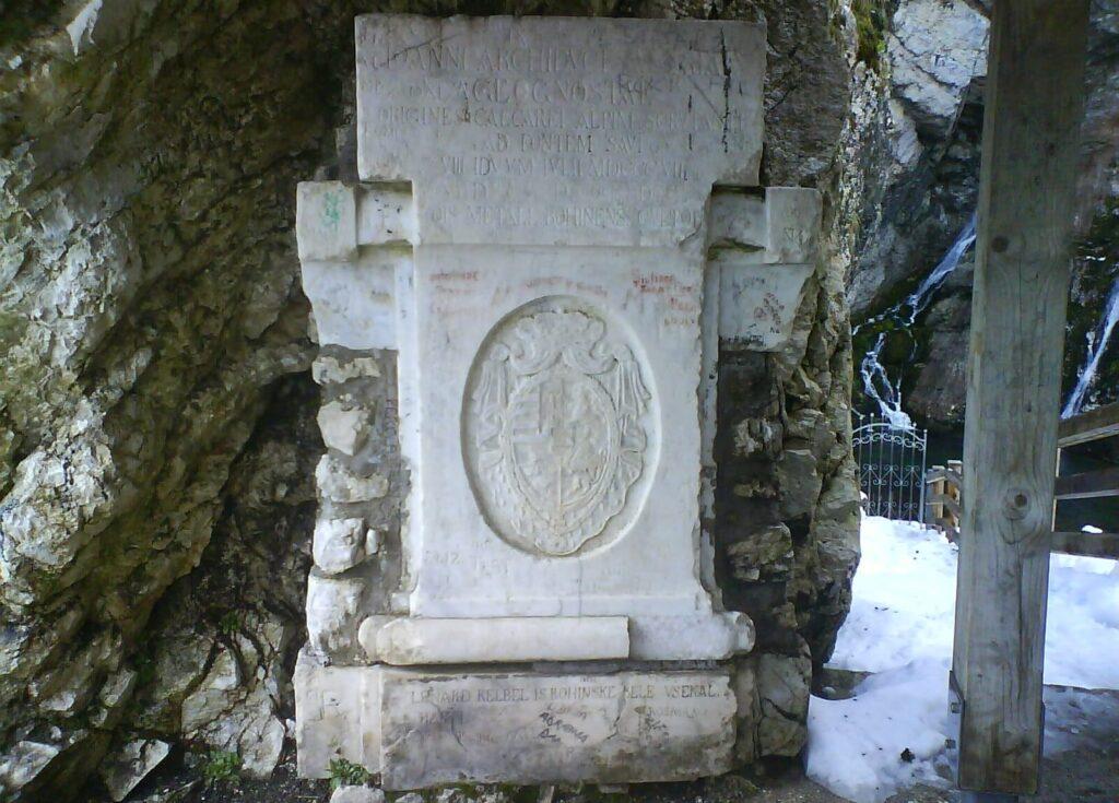 Памятник у водопада Савица