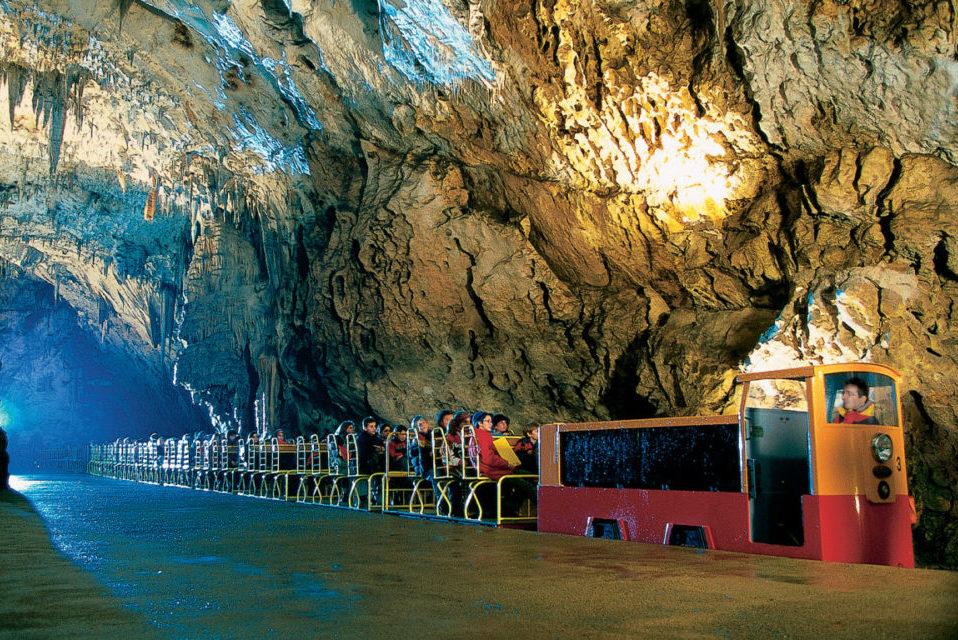 Поезд внутри Постойнской пещеры