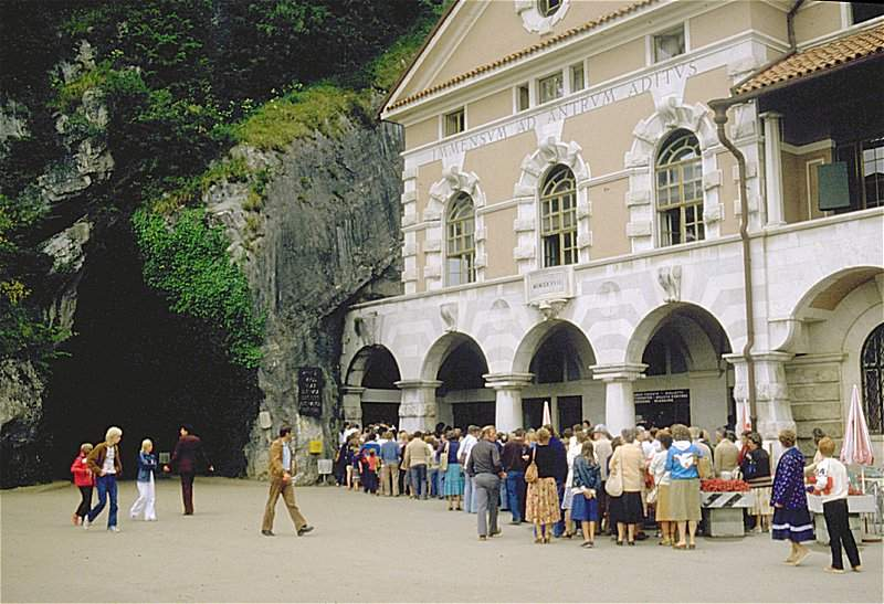 Постойнская пещера, надпись над входом