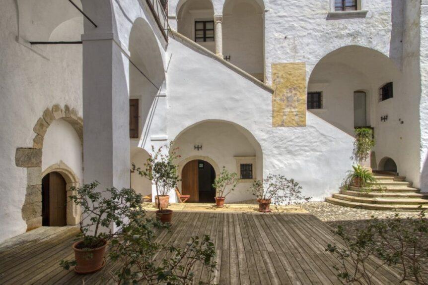Внутренний двор замка Подсреда