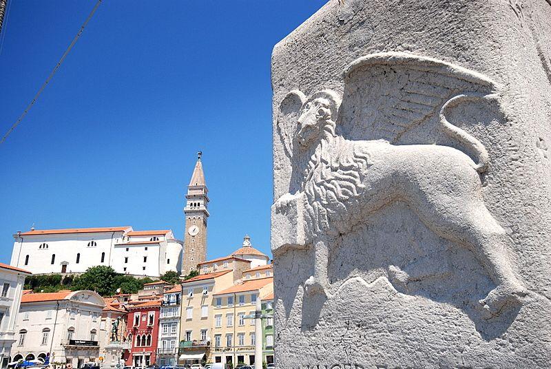 Каменный столб в Пиране, лев с открытой книгой
