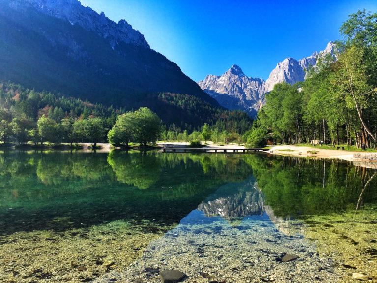 Озеро Ясна и вид на Юдийские Альпы