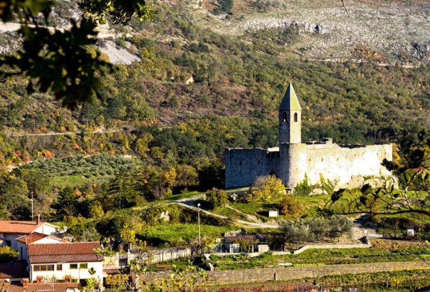 Вид на церковь св. Троицы в деревне словенской Истры