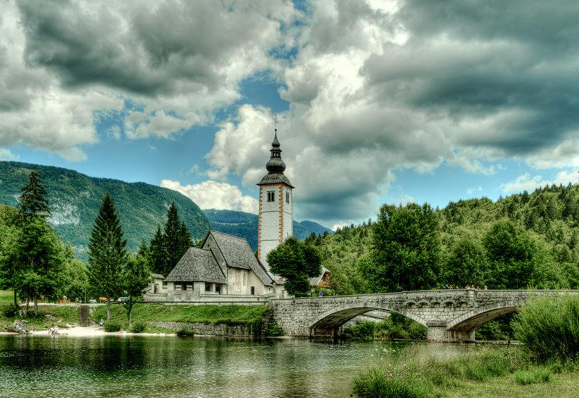 Церковь в Словении на озере Бохинь