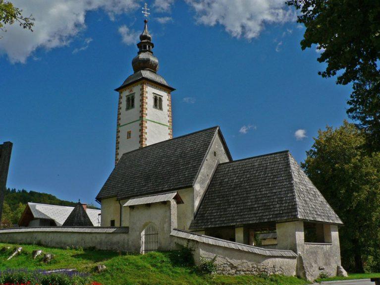 Озеро Бохинь и церковь в Словении