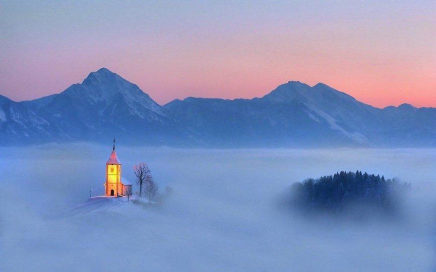 Словенское село Ямник и церковь в тумане