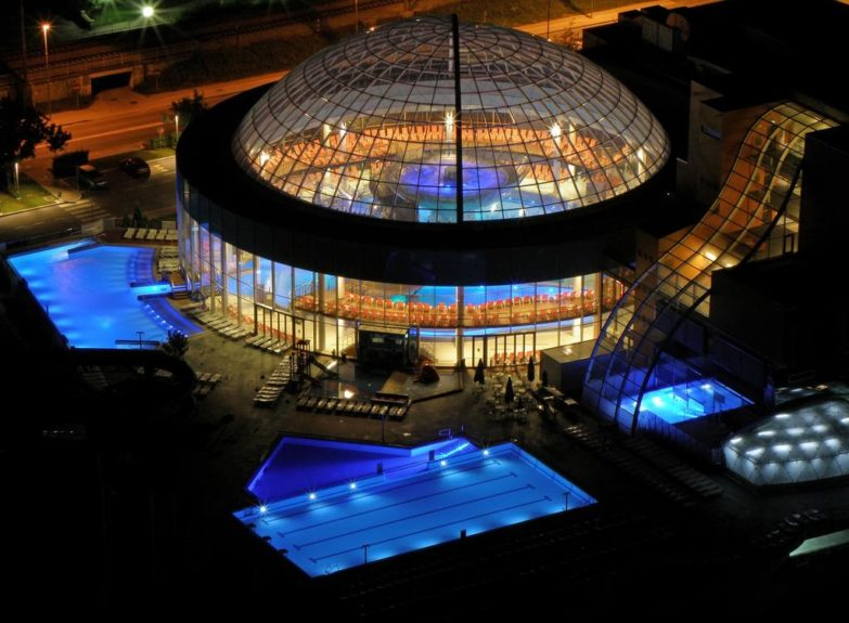 Раскрывающийся стеклянный купол терм Лашко