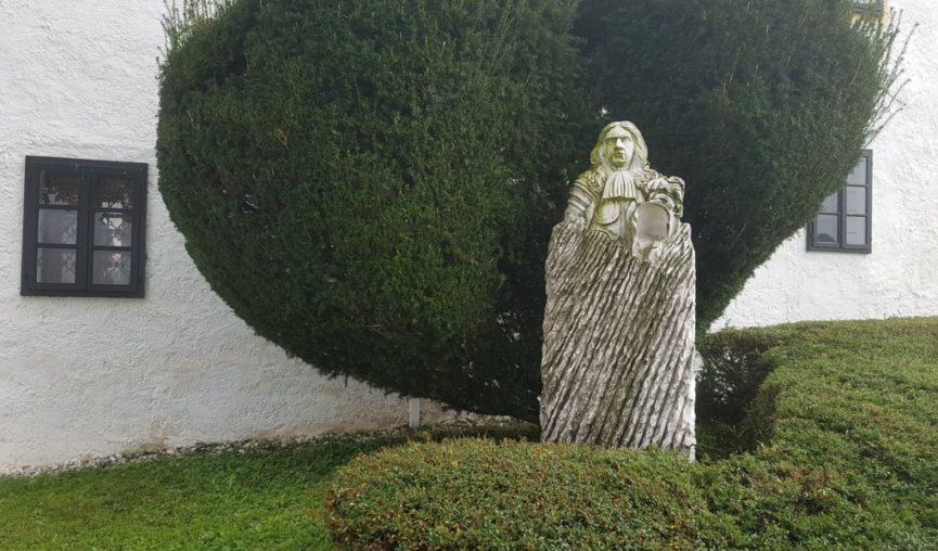 Памятник Вальвазору перед входом в замок