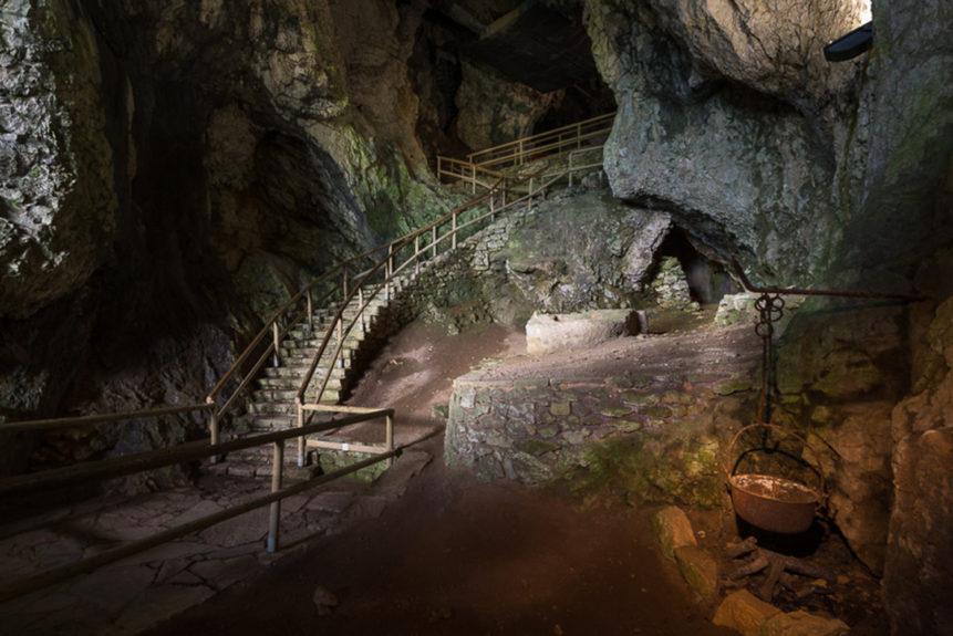 Вход в пещеру над замком