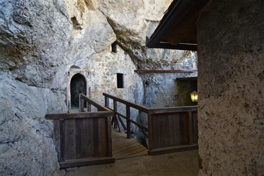 Замковые помещения в пещере