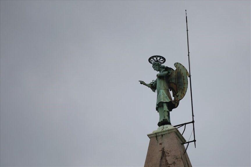 Архангел Михаил на шпиле словенского собора