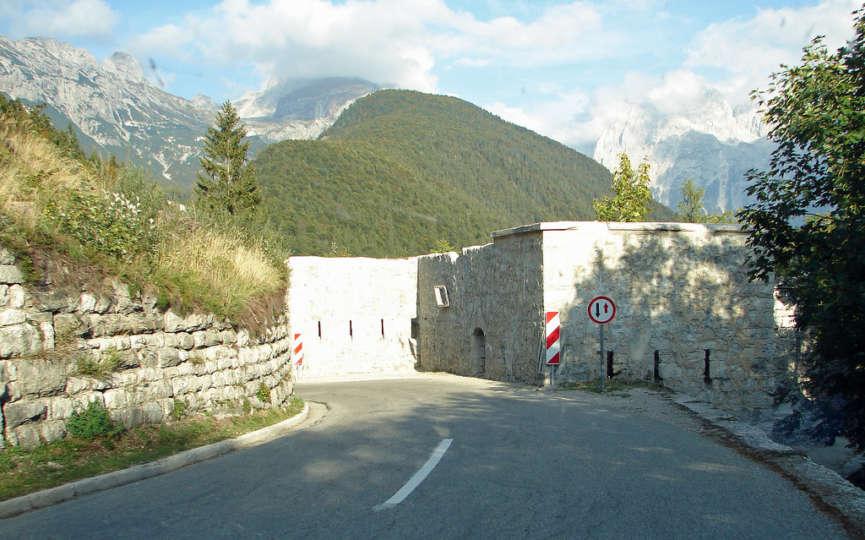 Нижняя часть форта вдоль дороги