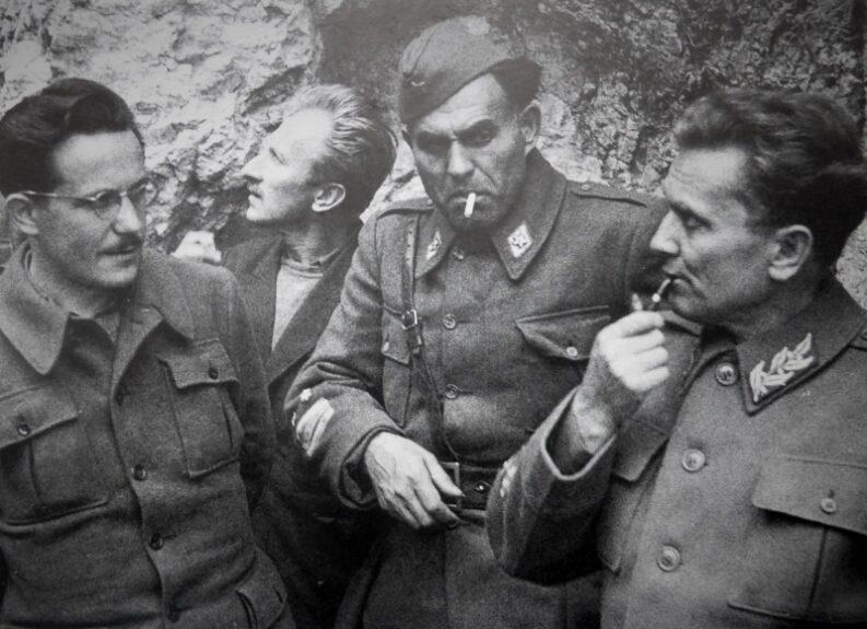 Иосип Броз Тито (справа) и его соратники у пещеры вблизи города Дрвар