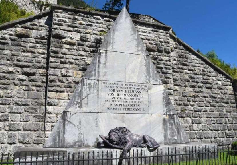 Умирающий лев на пирамиде - символ защитников форта