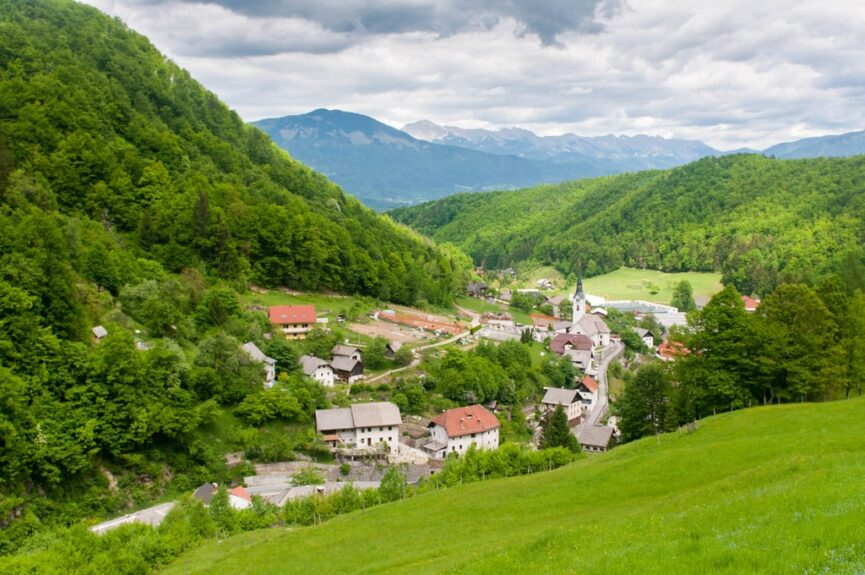 Село Кропа разместилось под плато Еловица