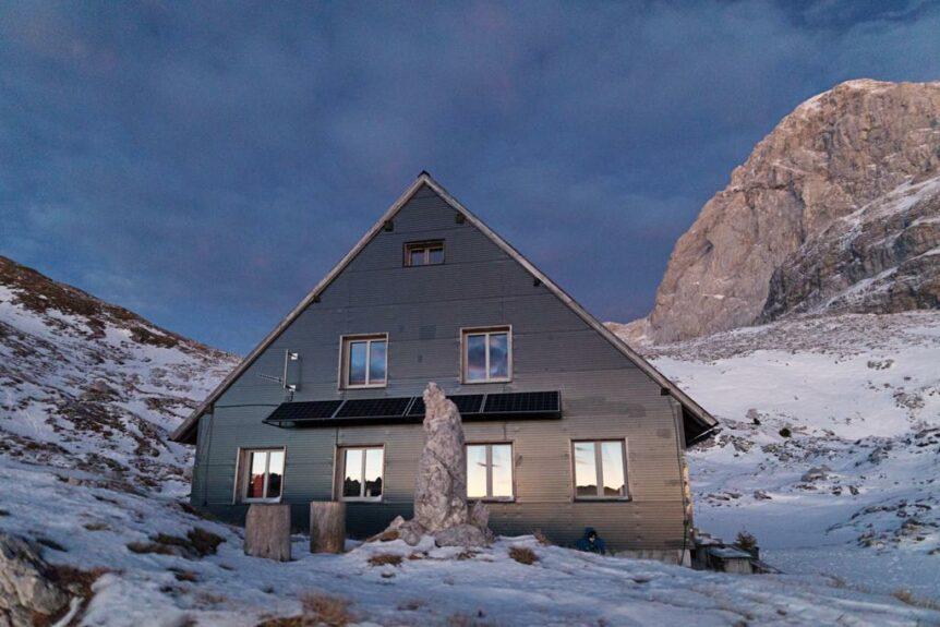 Домик для альпинистов на седле Мангарта