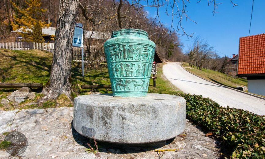 Вашка ситула (vaška situla) - бронзовый сосуд раннего железного века, найденный в Центральной Словении в местечке Ваче