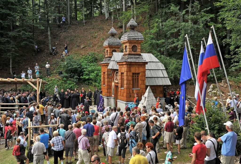 Мемориальная церемония у русской часовни на Вршиче