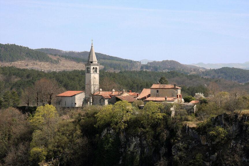 Деревня Шкоцьян недалеко от Шкоцьянских пещер