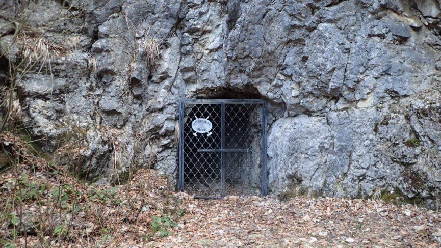 Вход в Савские пещеры