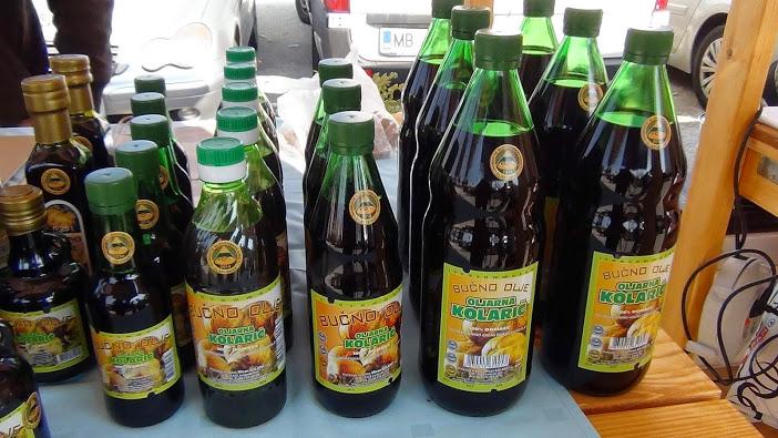 Тыквенное масло на рынке в Словении