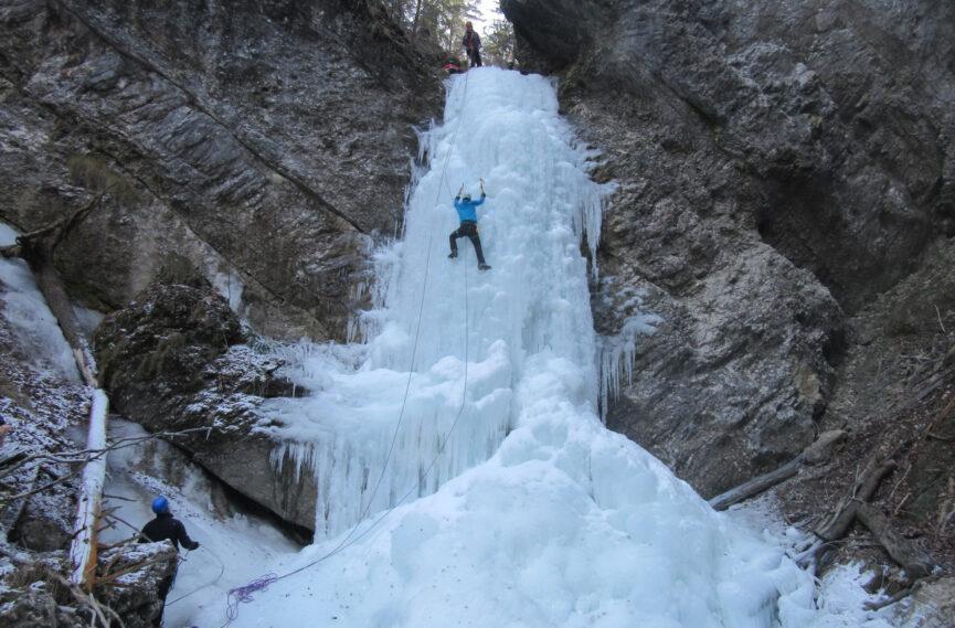 Альпинисты на водопадах Пекел