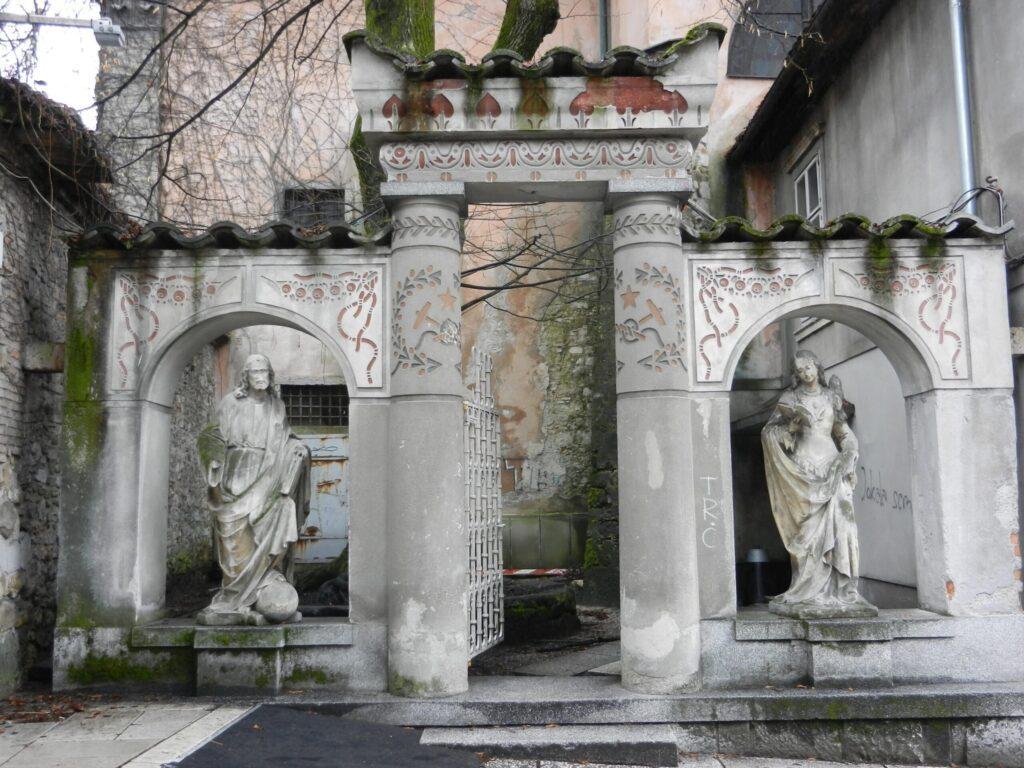 Крижанке, двор церкви