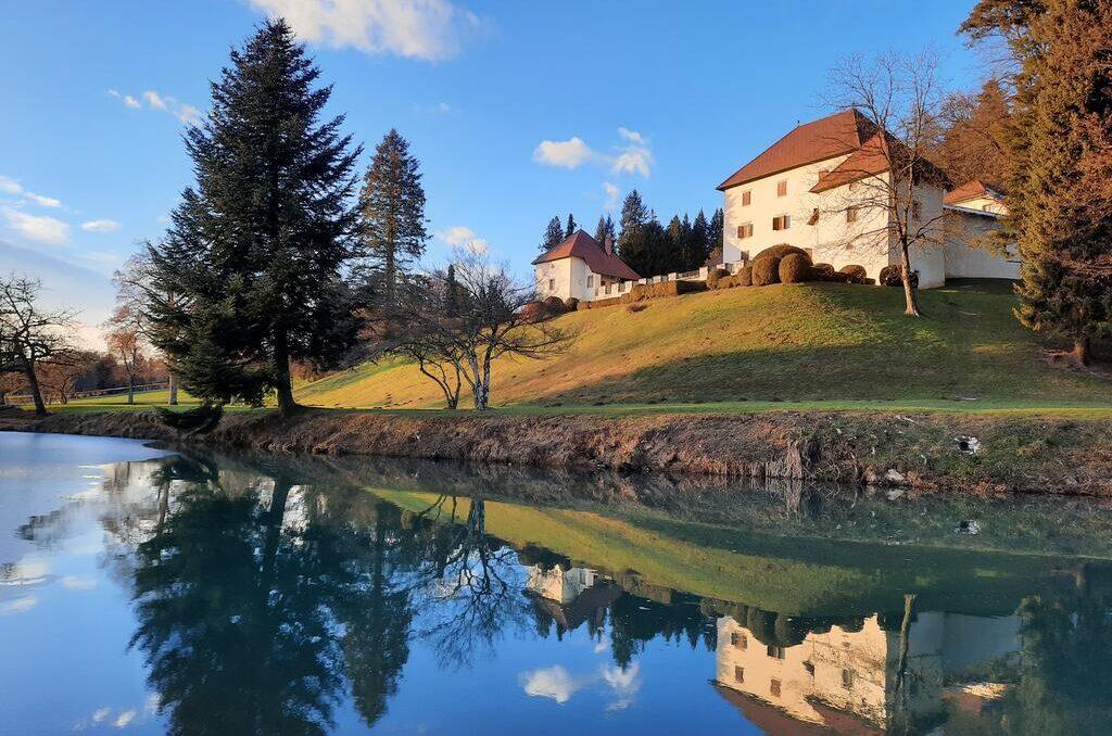 Замок Стрмол и озеро